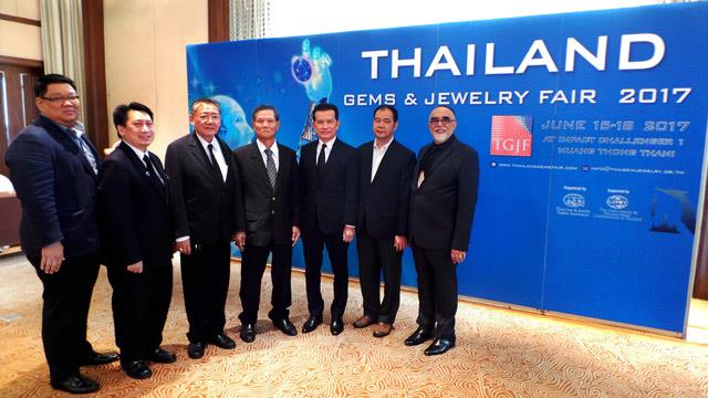 Suttipong Damrongsakul, TGJTA president (third from right), with TGJTA directors