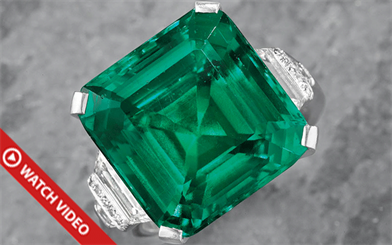 An emerald ring that once belonged to America's richest family has sold for a record price