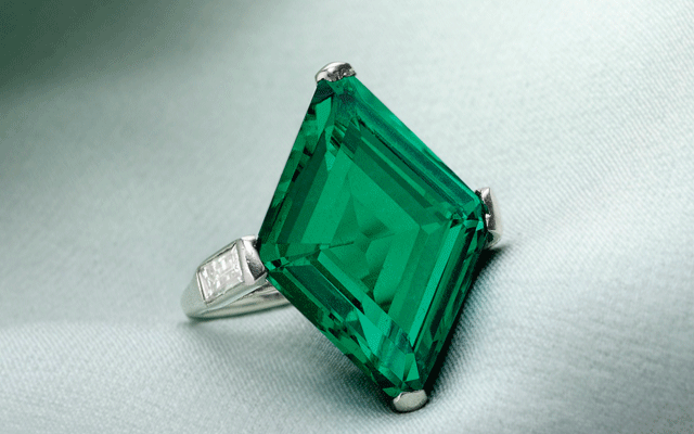 A 10.68-carat lozenge-shaped Colombian emerald shouldered by baguette diamonds which managed to sell for US$1.2 million (AU$1.7 m).