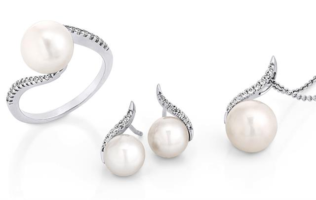 Freshwater pearl ring, with matching pendant and earrings in white gold and diamonds.