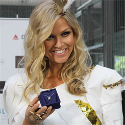 Renae Ayris, MIss Universe Australia with Hearts on Fire pendant gift