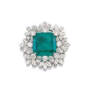 This Bulgari emerald and diamond brooch, weighing 27.57-carats, sold for CHF 877,000 (A$925,000)