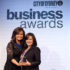 The Today Show's Lisa Wilkinson presents the retail/fashion award to Alana Chang Weirick of Moi Moi