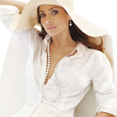 Kailis' brand ambassador Natalie Imbruglia wears the Angelic collection