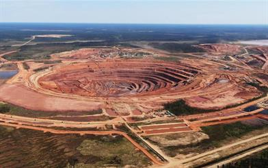 Alrosa's diamond production increased while De Beers' decreased, but both companies reported revenue loss