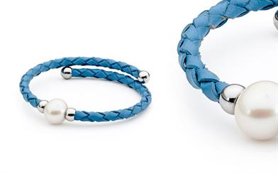 Ikecho Pearl Company's freshwater pearl light blue leather bracelet